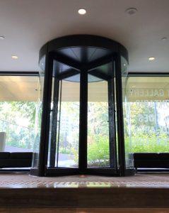 The 4-wing BoonAssist TQ revolving door opens the gallery to Grange Park.