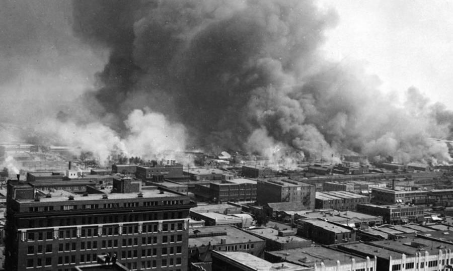 Vue aérienne d'un bâtiment en feu lors de l'émeute raciale de Tulsa,1921 - source : Library of Congress-WikiCommons