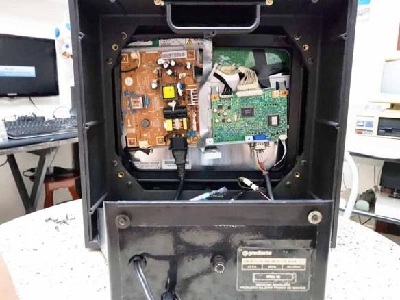casemod-montagem-tela8 Casemod Monitor  Mbw-12 Gradiente com Monitor Samsung 510N