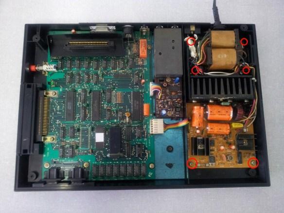 hotbit-parafusos-fonte Instalando uma Fonte Externa no MSX Hotbit da Sharp