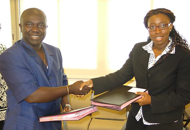 M. Soares Sambu, ministre bissau-guinéen de l'Economie et de l'Intégration régionale etMme Vera Songwe, Directrice des opérations de la Banque mondiale pour la Guinée-Bissau