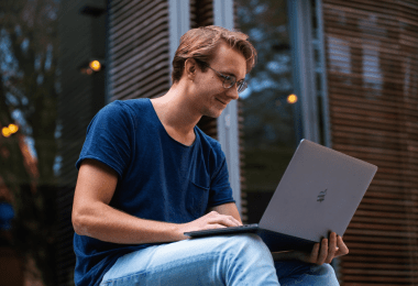 Etudiant avec un ordinateur