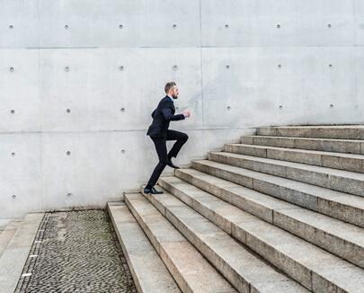 Business Mann rennt die Treppe hoch