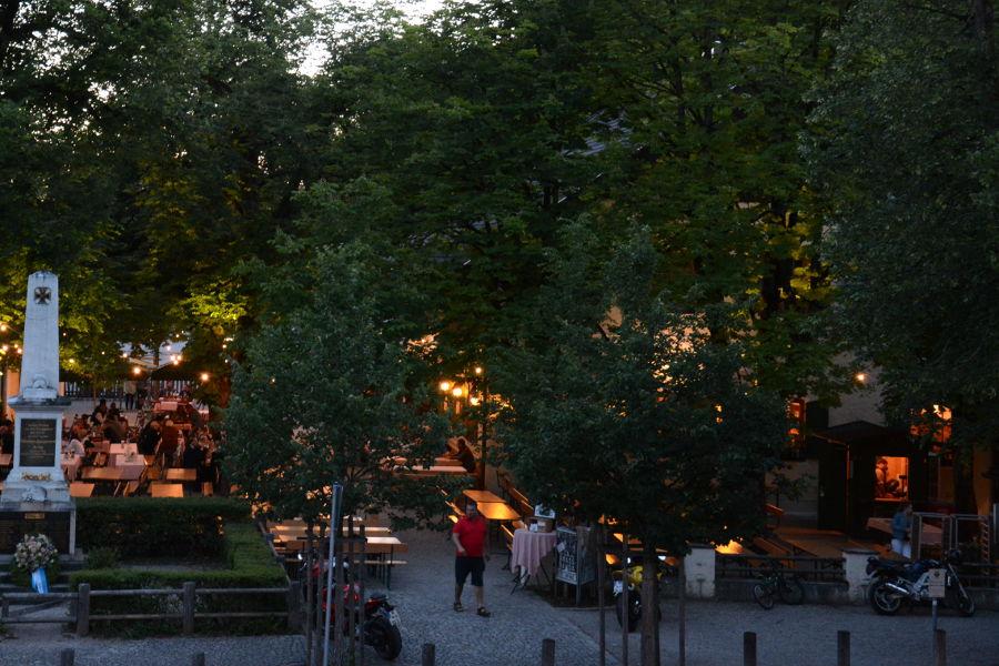 Aying Braeustueberl at night.