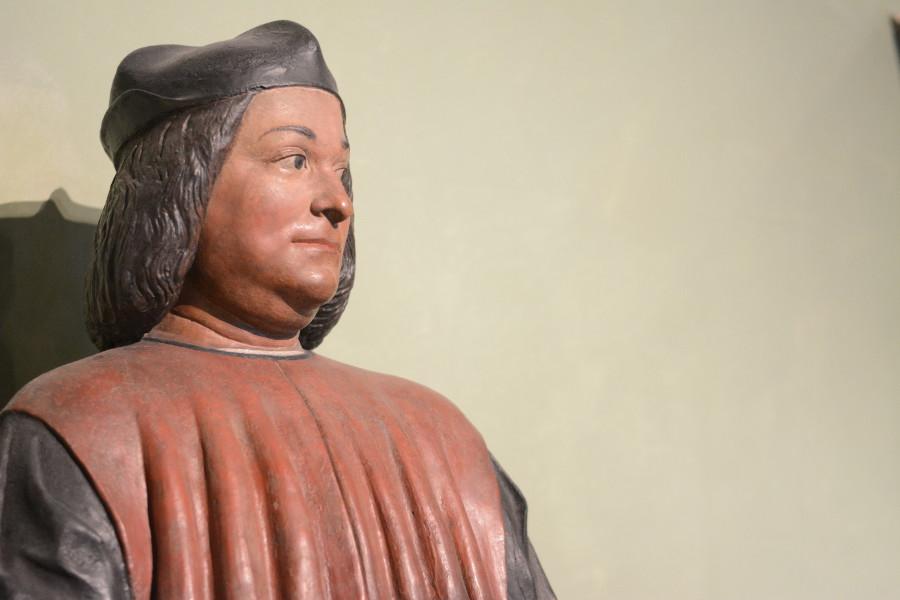 Sideways glancing statue at Bayerisches Nationalmuseum.