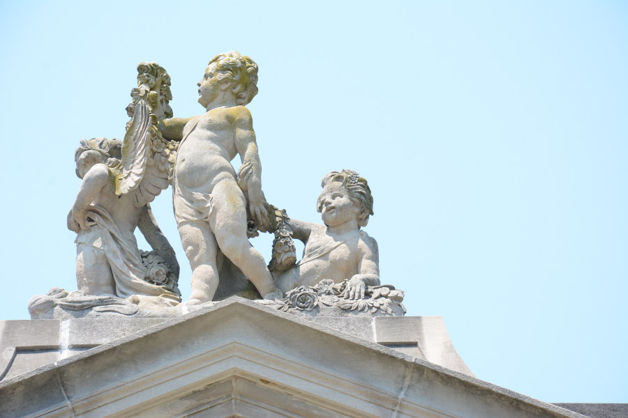 Cherubs topping the Colonnade at Nemours.