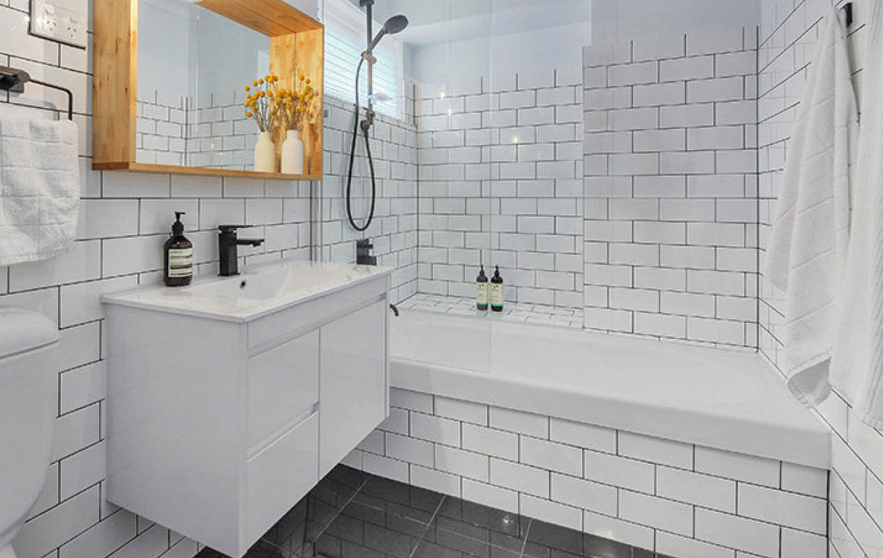 15 favorite ideas of subway tile bathroom reverb - White subway tile with black grout bathroom ...