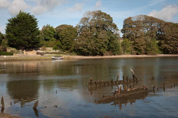 Un bateau échoué au bord du lac de Caernarfon