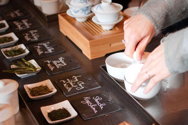 Versez le thé infusé dans un bol