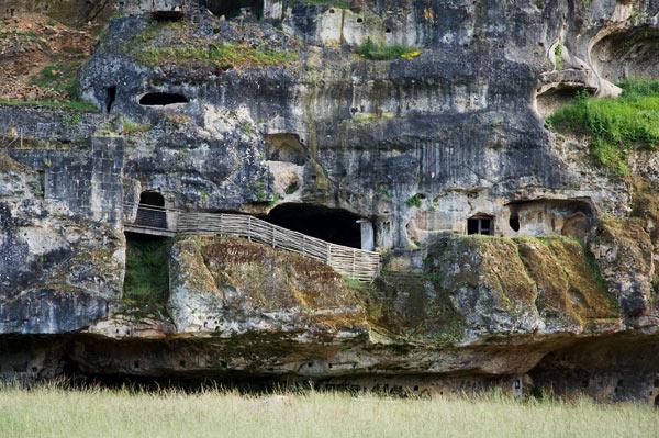 Habitats troglodytiques de Commarque