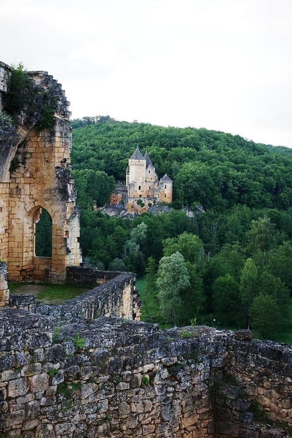 Corps de logis Commarque et vue sur le château voisin