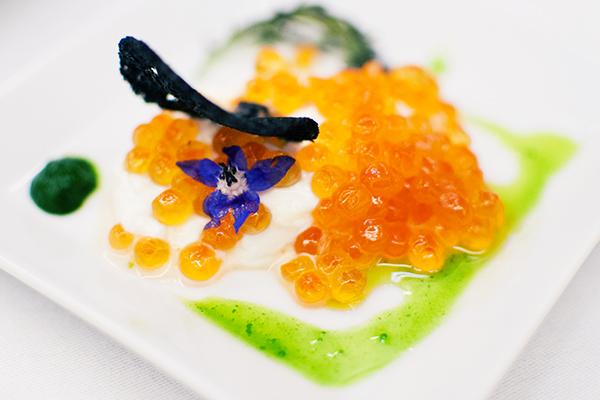 Les oeufs de saumon sauvage, buratta, fleurs et feuilles
