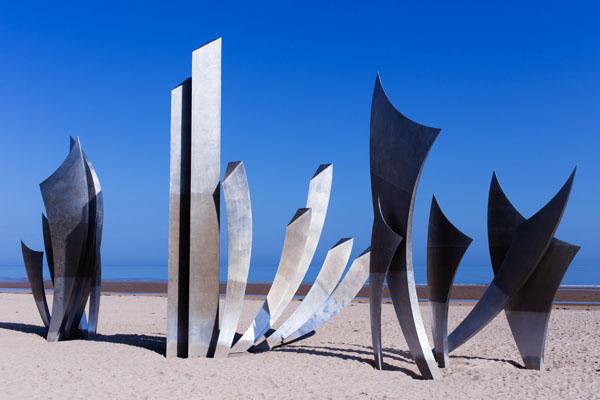 Sculpture les Braves par Anilore Banon sur la plage d'Omaha