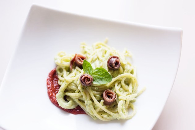 Spaghettis à la crème de courgettes, sauce piquante aux anchois
