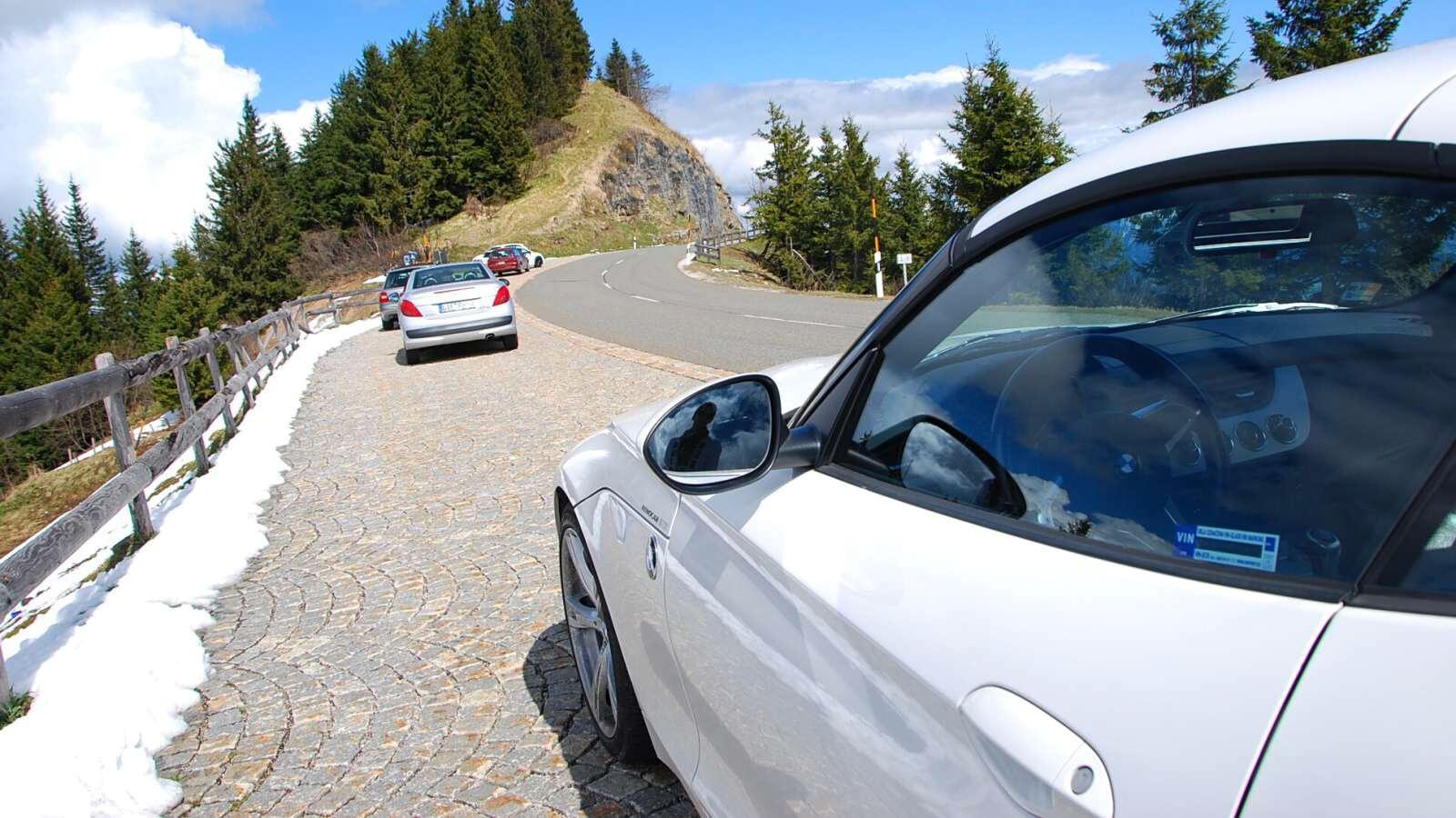 BMW Z4 na hřebenu hory