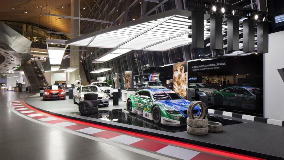 Závodní vozy BMW v budově BMW Weltu