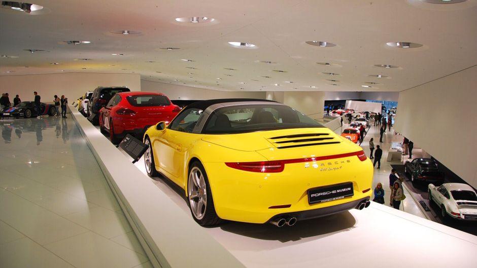 vozy v muzeu včetně 911 Targa 4 ve žluté barvě