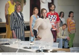 """""""Die Sozialhilfeempfänger"""" stehen schüchtern am Buffet, von dem sich am Ende das Publikum bedienen darf. Foto: Thomas M. Jauk"""