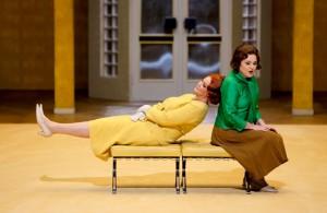 Humorige Anflüge im zweiten Aufzug: Isolde (Irene Theorin, links)  und Brangäne (Michelle Breedt). Foto: Jörg Schulze