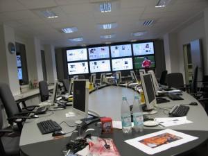 Nochmals der leere Desk, auf der Bildschirmwand die fertig produzierten Seiten. (Foto: Bernd Berke)