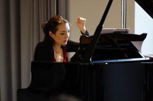 Die Pianistin Sophie-Mayuko Vetter, mit verharrender Hand dem Klang nachspürend. Foto: Mark Wohlrab