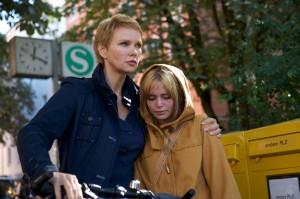 Lena Fauch (Veronica Ferres, li.) spendet Muriel (Xenia Assenza) Trost. (© ZDF/Bernd Schuller)