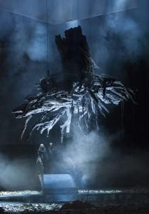 Ein riesiger Baum reißt sich los, kämpft sich hinauf in den dunklen Himmel. Foto Matthias Jung