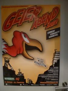"""Eines von mehreren Dortmunder Comedy-Ereignissen: """"Geierabend""""-Plakat von 2012 auf einer Tür des Lokals """"Tante Amanda"""". (© Geierabend/Ablichtung Bernd Berke)"""