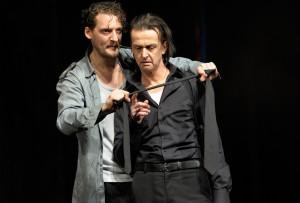 v.l. Jago (Felix Rech) und Othello (Matthias Redlhammer). Foto: Thomas Aurin/Schauspielhaus Bochum