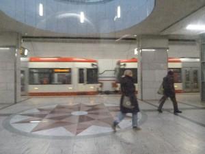 Ist die U-Bahn schon weg? Kommt noch eine nach? (Foto: Bernd Berke)