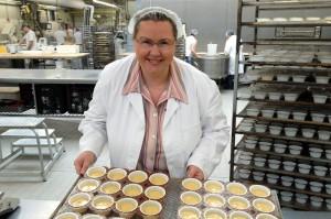 Produktentwicklerin Karin Tischler mit einer neuen Muffin-Kreation. (© ZDF/SWR/Lothar Zimmermann)