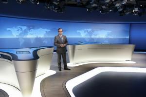 """""""Tagesschau""""-Chefsprecher Jan Hofer bei einer Stellprobe im neuen Studio. (© NDR/Thorsten Jander)"""