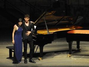 Alice Sara Ott und Francesco Tristano - zwei Pianisten, harmonisch vereint immerhin zum Schlussapplaus. Foto: Mohn/KFR