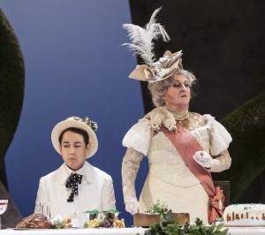 Maikönig wider Willen: Albert Herring (Hongjae Lim) macht neben Lady Billows (Karen Fergurson) keine glückliche Figur. (Foto: Pedro Malinowski/MiR)