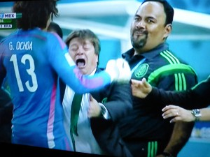 Mexikanischer Jubel in Brasilien (v. li.): Torwart, Trainer und Betreuer. (Foto: abgeknipst vom ARD-Bildschirm)