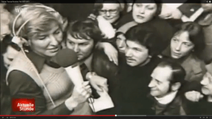 """Vom Live-Publikum umlagert: Carmen Thomas (links) in einer frühen Ausgabe von """"Hallo Ü-Wagen"""". (Screenshot aus: http://www.youtube.com/watch?v=XWH72RhFo8I)"""