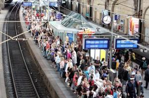 Warten auf den Zug: Aufnahme aus dem Hamburger Hauptbahnhof. (Foto: WDR/dpa/Bodo Marks)