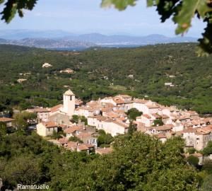 Das Dorf Ramatuelle über der Bucht von St. Tropez. (Foto: Pöpsel)