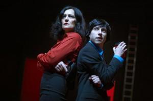 Scully (Maria Wolf) und Mulder (Helge Salnikau) auf der Suche nach Samsas Mörder. Foto: Sandra Schuck