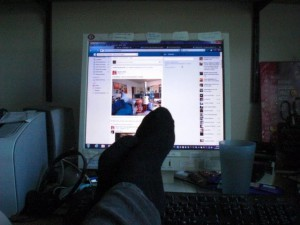 Das Hochlegen der Füße kann besonders bei schwierigen Stellen die Arbeit voranbringen (c) Ann Catrin Bolton