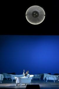 Rusalka (besingt den Mond, der bloß eine OP-Lampe ist. Foto: Bettina Stöß