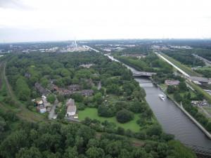 Nochmals der Westen: Blick hinab vom Oberhausener Gasometer. (Foto vom 9.7.2009: Bernd Berke)
