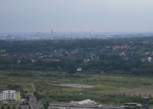Das Ruhrgebiet von Westen her: Blick vom Oberhausener Gasometer bis zur Essener Skyline. (Foto vom 9.7.2009: Bernd Berke)