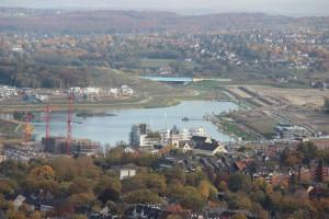 Noch einmal ein Stück des östlichen Reviers: Blick vom Florianturm auf den neu entstandenen Dortmunder Phoenixsee. (Foto vom 21.10.2012: Bernd Berke)