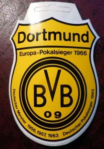 Diesen Aufkleber bekam ich vor wenigen Tagen von einem Trödelhändler auf dem Flohmarkt in Dortmund-Wambel. Er beschwor die Echtheit und Originalität. Ich habe meine Zweifel. Egal. Jedenfalls erinnert der Sticker an 1966. (Foto: Bernd Berke)