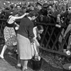 Gefangene deutsche Soldaten im April 1945 auf einer Wiese in Ennepetal.