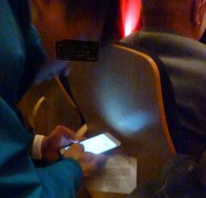 Ertappt: So sieht das aus, wenn jemand im abgedunkelten Konzertsaal sein Smartphone eingeschaltet hat. (Foto: BB)