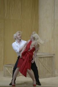 Wenn der Friseur ein Tänzchen wagt: Rosina (Karin Strobos) und Figaro (Georgios Iatrou) machen gemeinsame Sache (Foto: Bettina Stöß/Aalto-Theater)