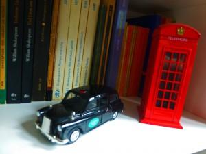 Briten-Nostalgie aus dem Nippesregal: traditionelles Londoner Taxi und dito Telefonzelle vor Shakespeare-Büchern. (Foto: Bernd Berke)