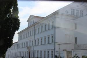 Nur als Beispiel fotografiert: ein altehrwürdiges Lehrinstitut - im Osten der Republik. (Foto: Bernd Berke)
